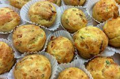 Μπορεί να έχουμε συνηθίσει τα κέικ γλυκά όμως και τα αλμυρά είναι εξίσου νόστιμα, είτε σαν ορεκτικό ή δίπλα στον καφέ για πρόγευμα χορταστικό. Με τη ζύμη που θα ετοιμάσετε μπορείτε είτε να ψήσετε ένα κέικ σε μεγάλη φόρμα ή μπόλικα μικρά με γιαβιέρα και μπέικον.