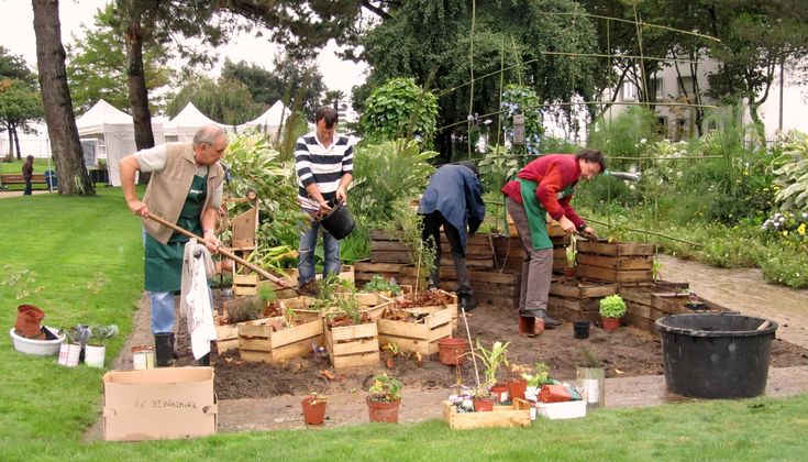 les membres des « Incroyables comestibles » ont crée un jardin potager partagé dans le jardin des plantes de St-Nazaire.