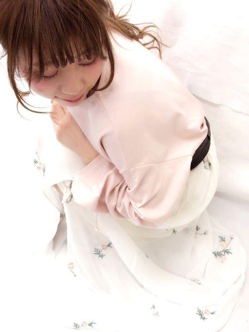 ピンクのゆるトップスに 花柄刺繍のロングスカートで 先どり春コーディネート。。 袖のディテールに注