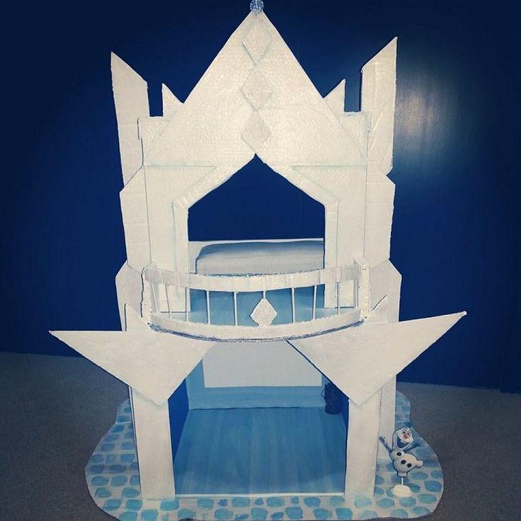 Castillo de princesas elaborado con cartón reciclado, inspirado en la película de Frozen