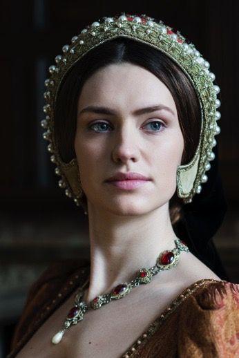 16~17世紀テューダー朝貴族女性。 FrenchHood(フレンチフード)=女性の髪飾り。16世紀西ヨーロッパで人気。テューダー朝。 フレンチフードは丸みを帯びた形状が特徴であるフード。髪形の上に着用され、背面に黒いベールが取り付けらている。着用時オデコは常時見えていた。 これはヘンリー8世の2番目の妻であるアン・ブーリンがフランスから持ち帰り、イギリスに導入された(アンは新興富裕階級の純粋なイングランド人だが、フランスで教育を受けフランス宮廷に仕えていた)。 アンの死後、フレンチフードは後妻ジェーン・シーモアによって拒否されGableHoodへと変遷を遂げたが、ジェーンの死後、再びフレンチフードに戻った。  Tudor Set 1 | Richard Jenkins Photography