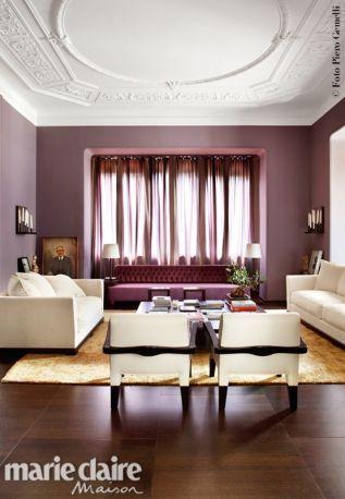 A casa di Romeo Sozzi. Nel living, grande divano Adriano in velluto capitonné, nuance melanzana, che spicca tra poltrone e divani bianchi.