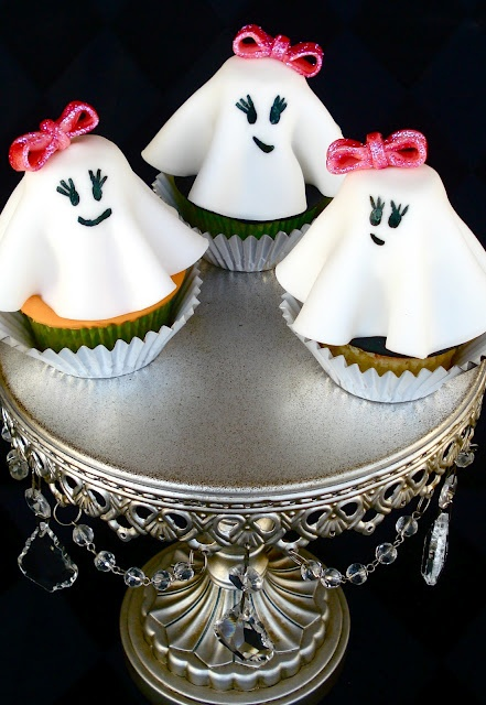 Learn how to make these girly ghost cupcakes for Halloween! Includes step-by-step photos. #Halloween #cupcakes http://buttercreamblondie.com