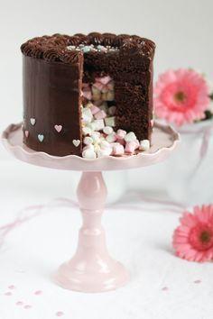 Nutella Birthday Cake - Nutella-Überraschungs-Torte - Nutellaboden mit Süßigkeiten gefüllt und Frischkäse-Nutella-Creme (z.B. Mini Snickers, Mars, Dove, M&Ms, Ferrero Küsschen, Mon Cheri...) - https://emmaslieblingsstuecke.wordpress.com/2016/01/03/nutella-ueberraschungs-geburtstagstoertchen/