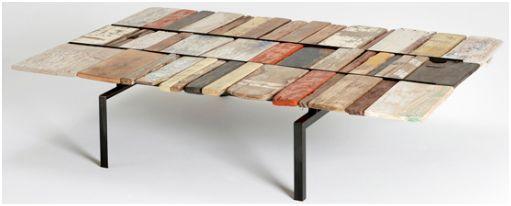 Tafel van aangespoelde planken.
