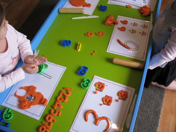aanbod in de plasticine hoek : geplastificeerde bladen met cijfers en letters om na te leggen met boetseermateriaal