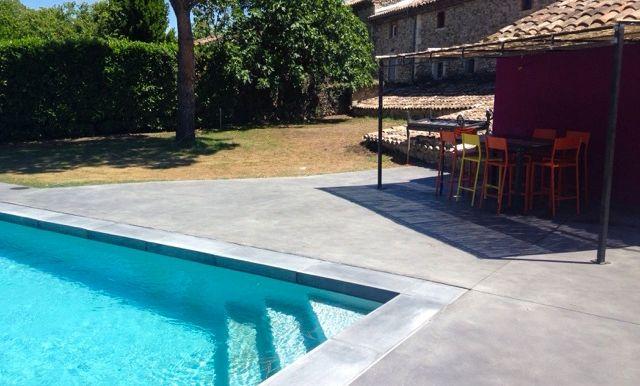 Roc-de-france-concrete-line-ambiance-margelle-piscine-l-talon-aspect-beton-gris