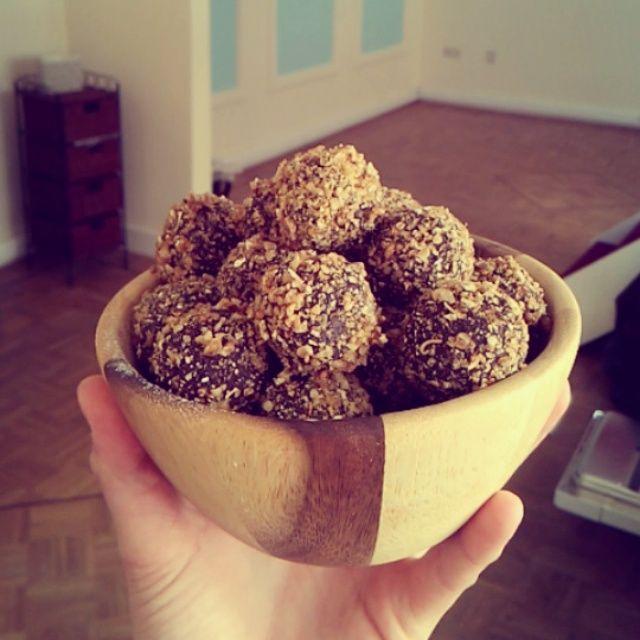 Ingrediënten: – 100 gram havermout – 25 gram (rauwe) cacaopoeder – 8 medjooldadels (of 200 gram gewone dadels) – 50 gram moerbeien Bereidingswijze: 1. Mix de havermout, cacao en dadelsin een keukenmachine. Voeg eventueel een klein beetje water toe. 2. Rol balletjes van het mengsel. 3. Maal de moerbeien in een blender totdat het kleine