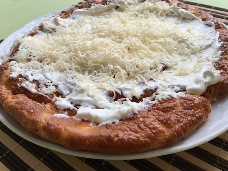 Hozzávalók: 3 tojás 10 dkg laktózmentes túró 1 kiskanál foszfátmentes sütőpor (Tetejére laktózmentes tejföl, reszelt sajt, fokhagyma ízlés...