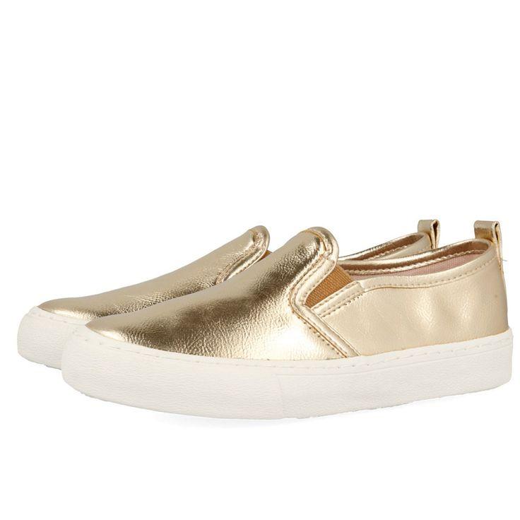 Zapatillas doradas estilo slip on con detalle de suela blanca. Corte sintético y forro y plantilla textiles.