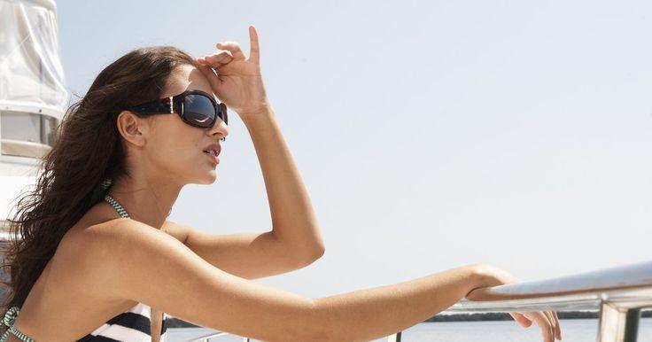 Como tricotar um bustiê de biquíni cortininha. Mostre suas habilidades no tricô na praia com o seu top cortininha. Se estiver querendo criar um belo top para combinar com a parte de baixo do seu biquíni, experimente com a sua linha e as suas agulhas preferidas. Termine-o em um final de semana e use-o na próxima vez em que for pegar um sol.