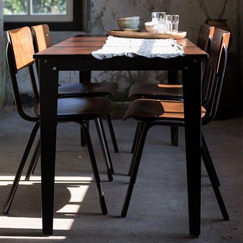Net wat chiquer, net wat mooier dan de oude versie. Table Scuola is er in twee handige maten, waardoor hij goed past in de eetkamer, maar ook als bureau of vergadertafel kan dienen.   Materiaal: 2 cm berken multiplex tafelblad, gekleurd in walnoot kleur Frame: Zwart staal gepoedercoat Verstelbaar in hoogte: 74 of 76 cm Maximale draaggewicht: 150 kg