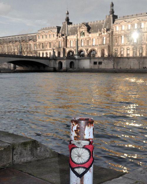 Paris vibes! - 100% Silk It's on theblackears.com #theblackears #menstyle #pocketsquare #ridedapper #parisfashionweek #jointhegentry #menstyle #gq #instyle #gentlemansride #dapper #silk #shovelhead #caferacer #bobber #giftforhim #perfectgift #classicmotorcycle #modernclassic #onlineshop  #giftformen #menswear #triumph #honda #harleydavidson #dapperedman #fashionblogger #distinguishedgentlemansride #pfw  (Musée du Louvre)
