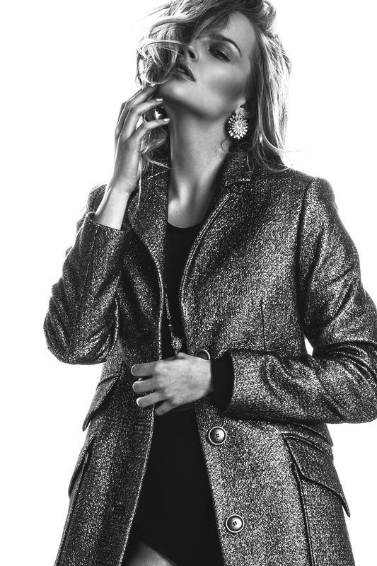 Karolina Pisarek z Top Model w sesji new-VINTAGE, fot. Łukasz Żyłka,Płaszcz: WOOLinSKY, Body: Eeoss, Biżuteria: Lewanowicz