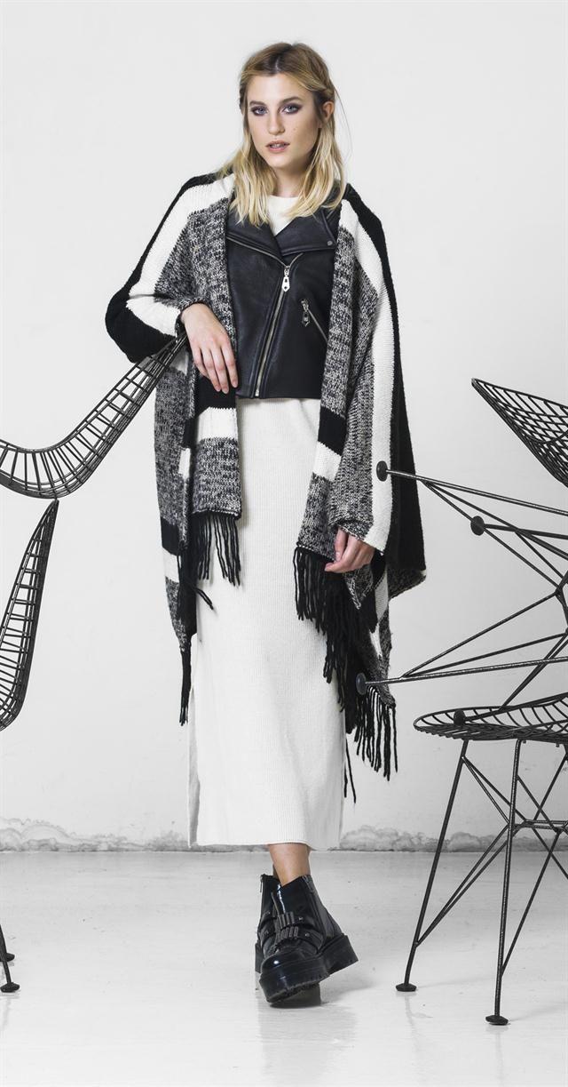 lo único que cambiaría son los zapatos: TEJIDO + CUERO  Poncho de lana (Paula Cahen d' Anvers, $ 3800), campera de cuero (Las Pepas, $ 5490), vestido de jersey (Cher) y borcegos con apliques (Sarkany, $ 4590)