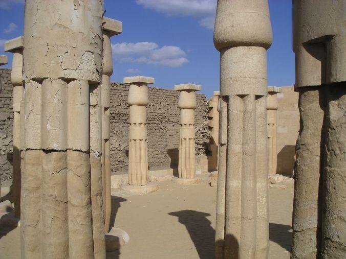 Cour du temple funéraire du pharaon Horemheb bâti dans la nécropole de Memphis.