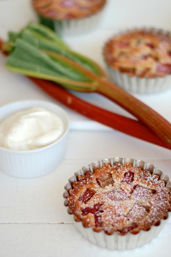 Rhubarb tartlets / Mazarintærter med rabarber og vaniljecreme. www.copenhagencakes.com <3