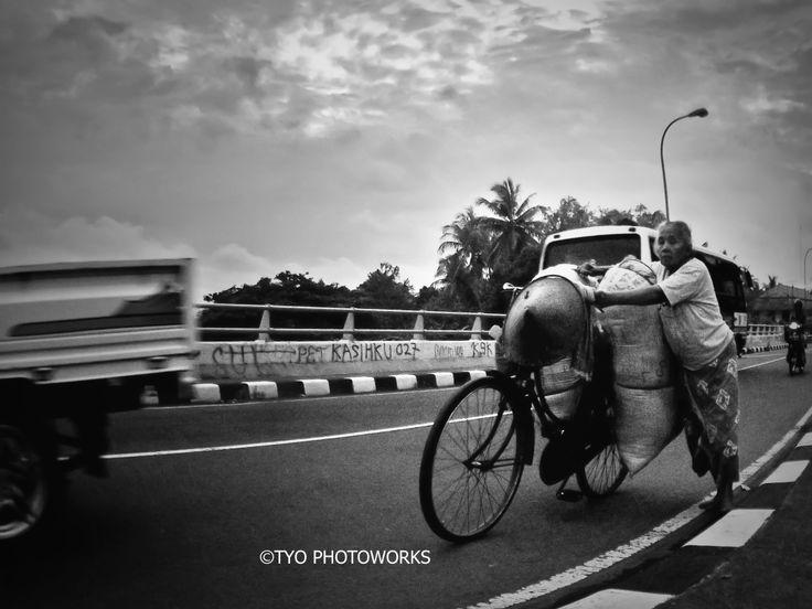 human interest at jembatan kali progo