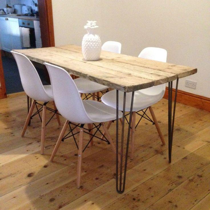 table à manger design fabriquée en palettes de bois, dotée d'un piétement épingle