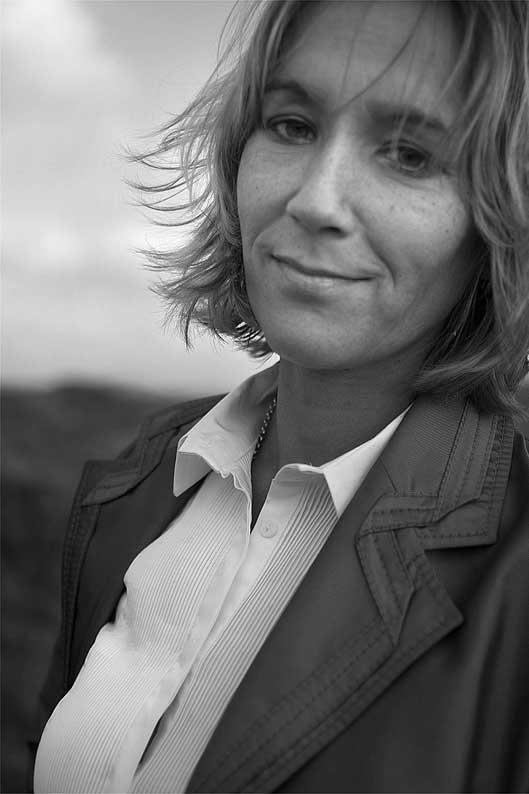 Liesbeth Jusia (1967) woont in Amsterdam en is werkzaam als freelance jurist. Sinds juni 2008 is zij vrijwilliger bij Stichting EX6. Deze stichting zet zich in voor suïcidale mensen en vergroot de bespreekbaarheid van het onderwerp suïcide door publicaties en voorlichting.