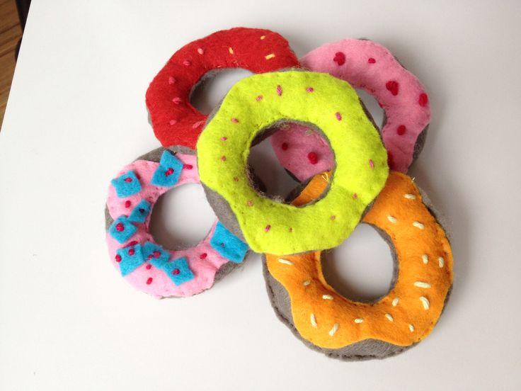 Zelfgemaakte donuts van vilt. Gemaakt door handmadebymymom@gmail.com