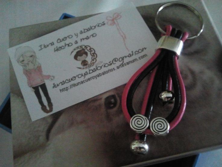 Leather and Zamak KeyRing Lllavero de cuero rosa y negro con piezas de Zamak