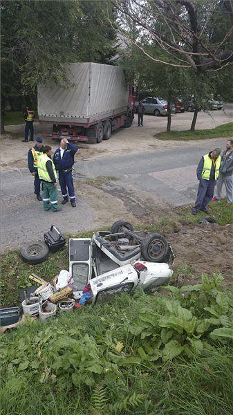 Elgurult teherautó sodort el egy kisáruszállítót Érden