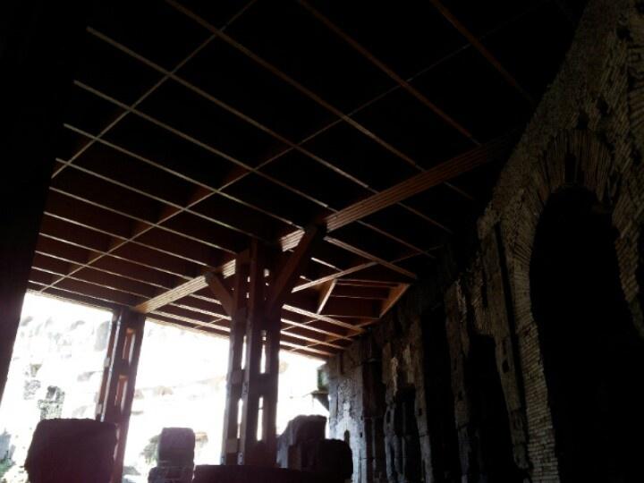 Una ricostruzione della struttura in legno che formava il pavimento dell'arena. Le assi in diagonale svelano una botola da cui gladiatori e belve facevano la loro apparizione durante gli spettacoli