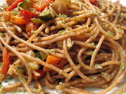 Spaghetti con salsa de pimientos (Cormillot) {240 Cal/Porc}