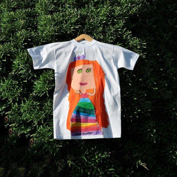 Biz bu tişörtü çok seviyoruzz �� İstanbul'da ki KFK koleji 1. Sınıf öğrencilerinden Zeynep'in çizimi �� Zeynep Uzunhan / T-Shirt Tasarımı  Siz de istediğiniz çizimden ürün siparişi vermek için DM atabilirisiniz �� #tasarimcicocuklar #seymasunbul #bedranuraygun #cumbacocuk #design #artist #artgalery #cool #artwork  #instagram #children #graphic #art #designforchild #çocuk #draw #drawing #çizim #tasarım #sanat #minikressam #tshirt #alice #shop #tasarım #mom #sanat #characterdesign #tisort…