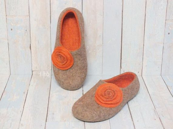 Gift for mother or wife. Felted slippers womens. House wool shoes. Indoor warm clogs. Bedromm beige orange slippers with flowers. Cozy not only in the winter but and in cool summer day! I recommend you to try, your satisfaction will be guaranteed! SIZE: I MAKE WOOL SLIPPERS ARE
