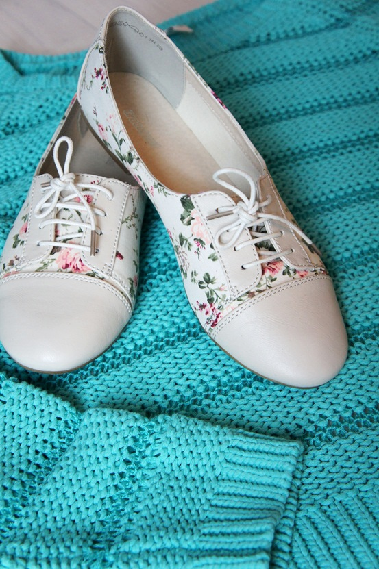 turkis strik sweater Esprit, blomster print sko Deichmann, flower brouges