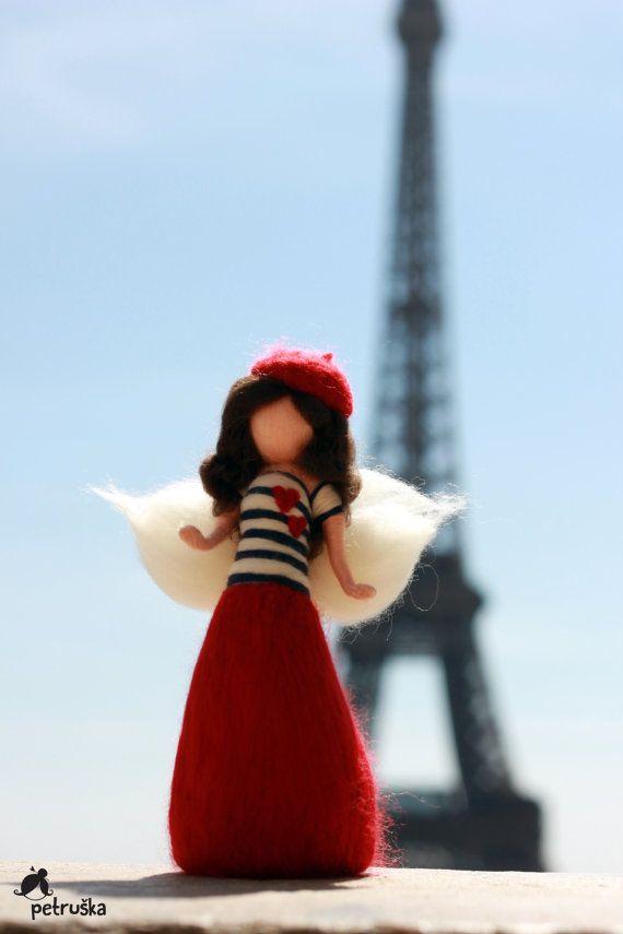 Ornamento de hadas en París, Francia, muñeca fieltro de aguja inspirado Waldorf, Gaultier vela camisa, boina, Torre Eiffel, Montmartre,