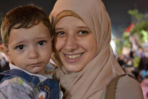 Berita Islam ! Ibu Asma: Anak Saya Mengorbankan Jiwanya untuk Kehormatan Mesir... Bantu Share ! http://ift.tt/2w2sxxw Ibu Asma: Anak Saya Mengorbankan Jiwanya untuk Kehormatan Mesir  Asmaa Beltagy 17 tahun berdiri diantara para pengunjuk rasa dalam aksi damai mendukung Presiden Mohammed Morsi ketika tembakan penembak jitu merenggut nyawanya pada 14 Agustus 2013. Pada hari itu pasukan keamanan Mesir membubarkan demonstrasi damai di lapangan Rabiah Al Adawiyah menewaskan hampir 2600 pengunjuk…