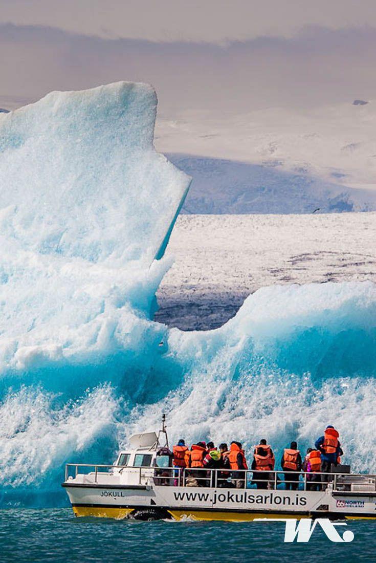 Terbayang melihat langsung gunung es diatas permukaan danau? Glacier Lagoon atau Jökulsárlón adalah salah satu keajaiban alam yang paling menakjubkan di Iceland untuk dikunjungi. Rasakan pengalaman berlayar diantara gunung es yang terukir alami diatas danau. Banyak wisatawan yang terpukau saat mengunjungi Jökulsárlón dan mereka menyebut Jökulsárlón sebagai tempat terindah di Iceland.