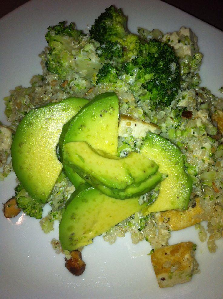 Quinoa met broccoli, tofu en avocado. Recept: Amber Albarda