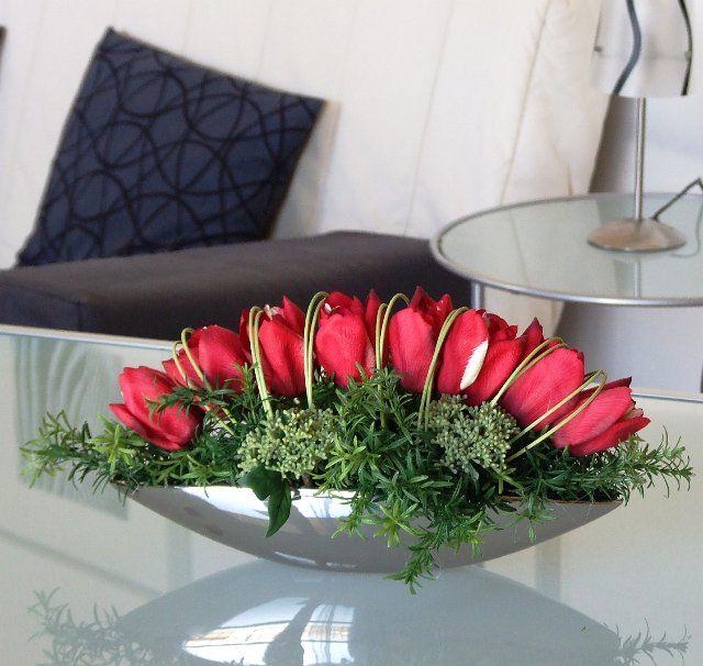 centrotavola di tulipani rossi real touch in contenitore a barchetta in ceramica colore argento
