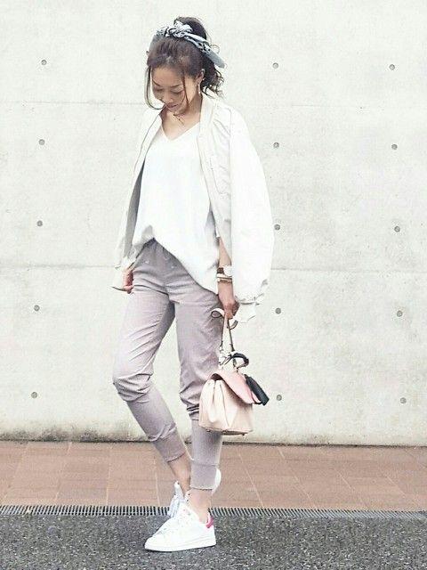 ホワイト×グレーは40代大人女子におすすめのカラー。アラフォー(40代)女性のおすすめジョガーパンツコーデ♬