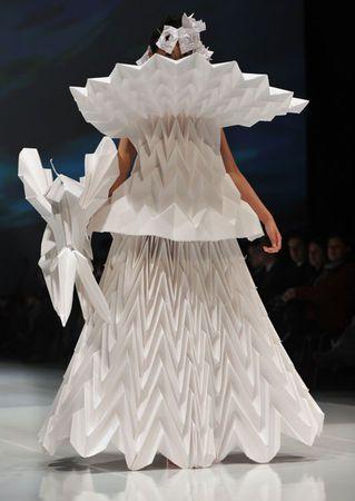 Ce mannequin présente une robe en papier plié fabriquée par des stylistes colombiens à la première semaine internationale de la mode à Bogotta.