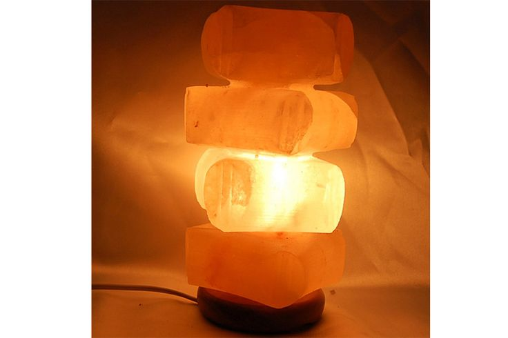 Lámpara de sal de los Himalayas, sal fósil de 250 millones de años, con la propiedad de generar iones negativos,esenciales para la salud, originados por la estructura cristalina de la sal, neutralizando los iones positivos generados por los aparatos eléctricos, cableados y estructuras metálicas de los edificios, estos iones son dañinos para la salud.    Medidas: 21 cm x 13 cm
