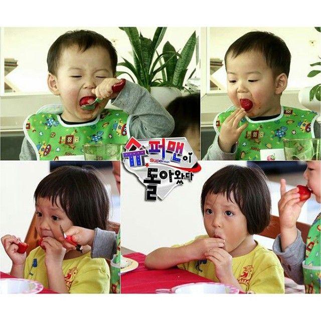 minguk and sarang eat strawberry