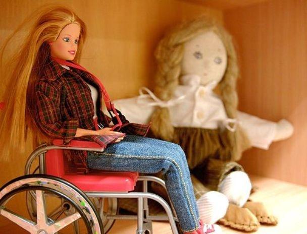 En 1997, Mattel presentó 'Share a Smile Becky', una muñeca en silla de ruedas . Kjersti Johnson, una adolescente con palsy cerebral les hizo ver que la silla de rueda no entraba en el ascensor de la casa de juguete de Barbie, por lo que la compañía decidió rehacer la casa para adaptar a la nueva Barbie.