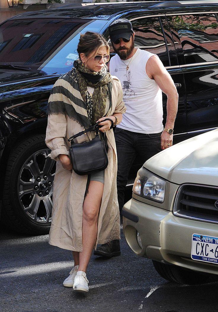 В стиле Джоли: Энистон в кожаном мини поддержала мужа на премьере : / фото 3
