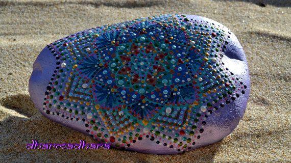 SPEDIZIONE GRATUITA IN ITALIA    Mandala dipinto a mano sasso di fiume.  Si tratta di un pezzo originale ed unico ispirato dallAmore per la bellezza delle cose, realizzato su sasso di fiume con colori acrilici di alta qualita, a rilievo e con 2 mani di vernice prottetiva atossica che mantiene i colori vivi e brillanti.  MISURE: 15 cm x 10, 5 cm x 2,5 cm 5,9 x 4,13 x 0,98  Questo Mandala e' stato realizzato seguendo un antico rito di tradizione dei monaci Tibetani ascoltando una sacra musica…