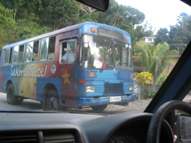 Autobus tradicional de las Seychelles en la Isla de Praslin.    Alquiler de coches en el aeropuerto de Mahé:   http://www.reservasdecoches.com/es/alquiler-de-coches/Mahe-Island_Seychelles-Airport.html