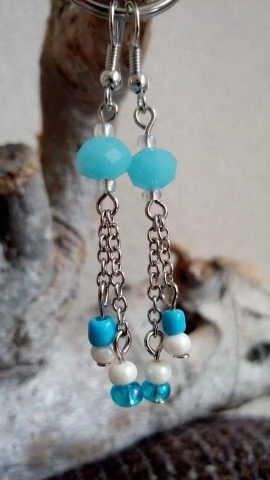 Lange oorbellen met facet geslepen glaskraal, blauwe en witte rocailles en fijne jasseron.