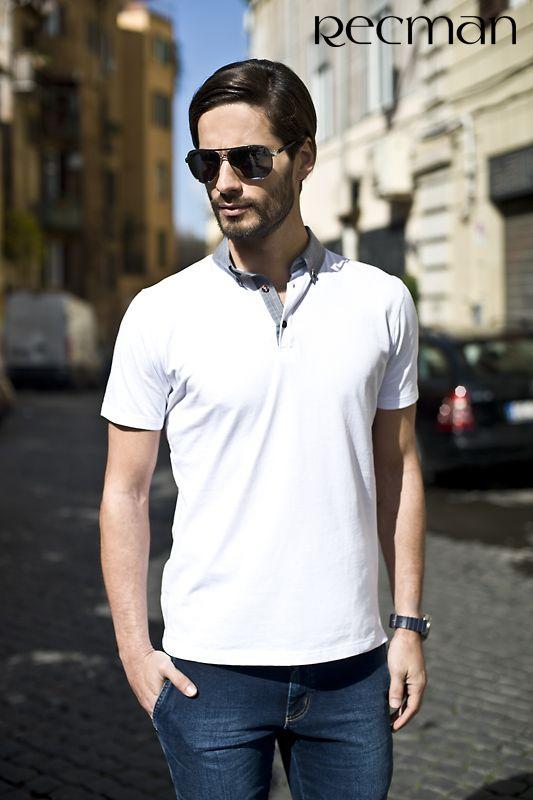 Koszulki polo to ponadczasowe, zawsze wygodne rozwiązanie na weekendowe i mniej formalne okazje. Powinny znaleźć się w każdej męskiej szafie, gdyż zawsze prezentują się męsko i dają poczucie eleganckiej swobody. Na sezon wiosna-lato proponujemy białą koszulkę polo model Simeto. Tylko w salonach Recman.