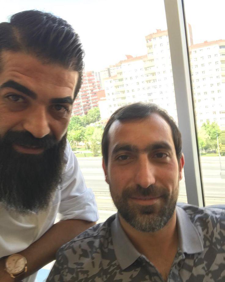 #2002#etiler#yardımcılık#döneminden#tanışırız#keyhanhabbazi#abim#hair#hairmen#hairstyle#saç#sakal#sakallı#adam#beard#beardstyle#image#selçukardaboutique#turkey#türkiye#istanbul#beylikdüzü#iyihaftalar#kıldan#para#kazanıyoruz#kıl#holding ����✂️✂️ http://turkrazzi.com/ipost/1520305045797686868/?code=BUZNWJdAU5U