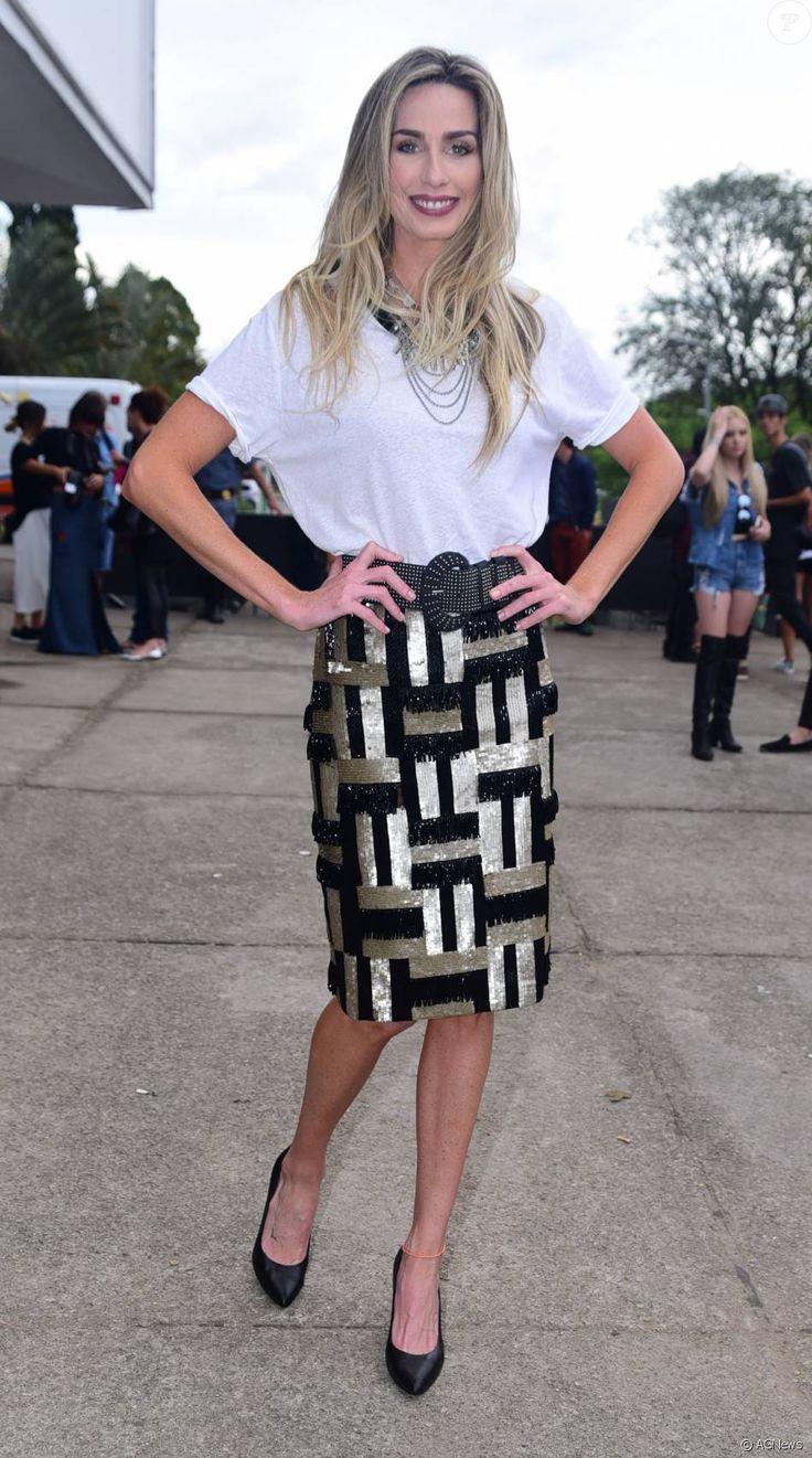 Looks SPFW: Mariana Weickert combinou a saia glamourosa com camiseta branca