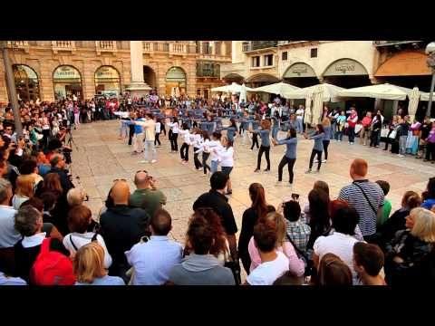Flash Mob Beyoncè who run the world asd la libellula altromercato - YouTube